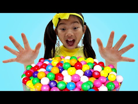 (Ver Filmes) Emma pretend play with colorful gumball machine and sweets candy toys for kids