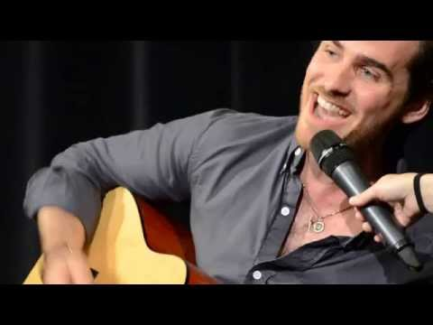 (HD) Colin odonoghue sings and plays guitar, jennifer morrison e meghan ory dance !